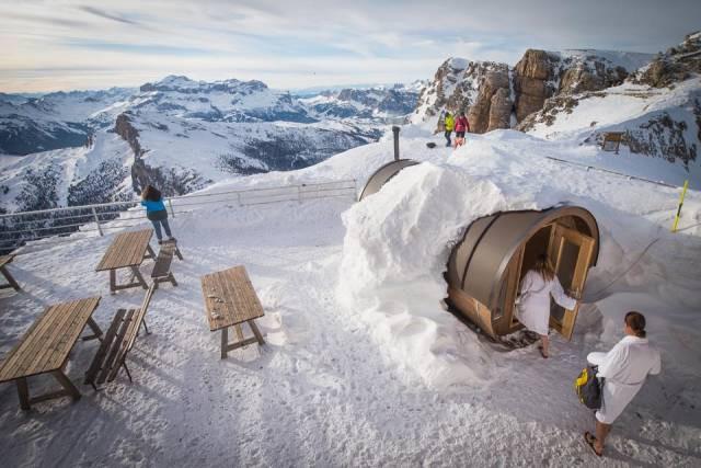 Outdoor sauna at Rifugio Lagazuoi, Cortina d'Ampezzo, Italy. Credit: Rifugio Lagazuoi