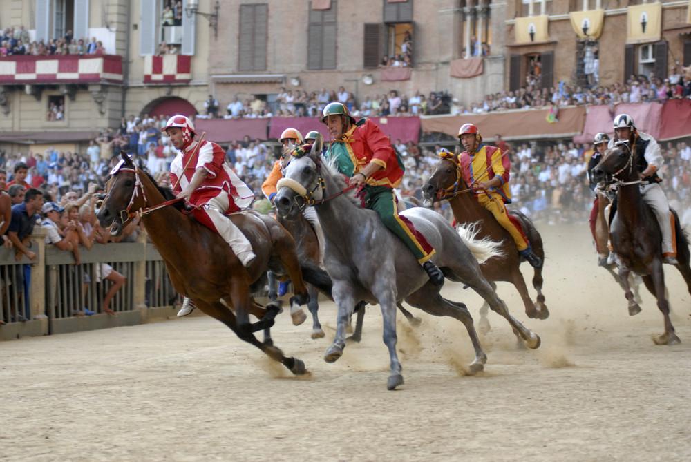Palio di Siena, M. Rohana / Shutterstock.com
