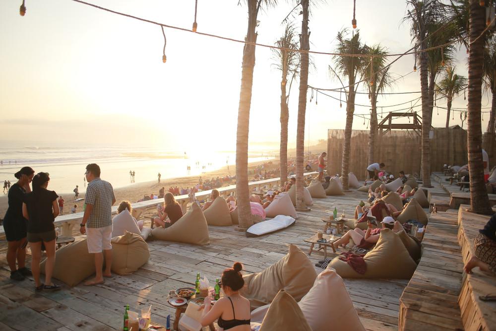 Cafe, Canggu, Bali, Indonesia. ridzkysetiaji / Shutterstock.com