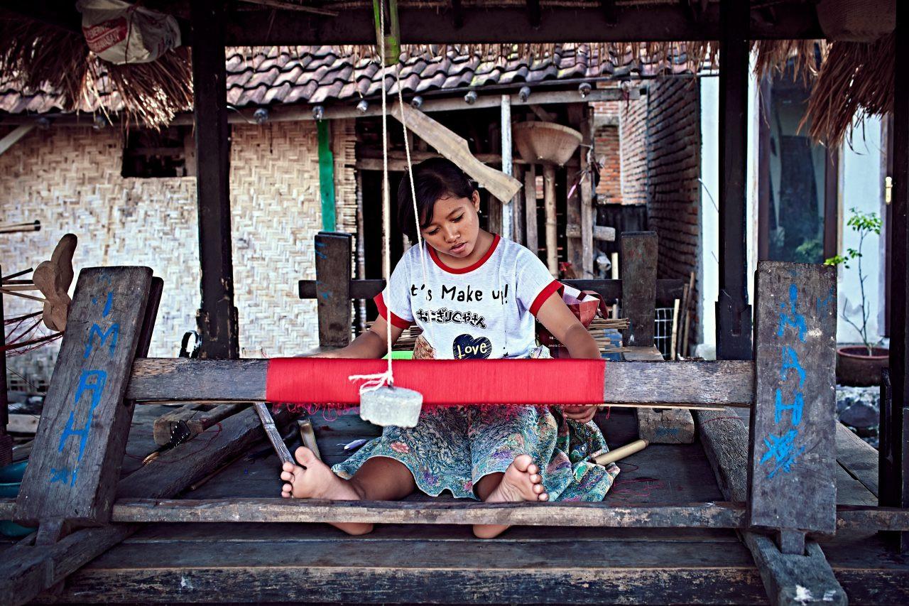Weaver in Tohpati, Bali, Indonesia. Vasily Gureev / Shutterstock.com